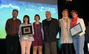 Els representants de les quatre entitats que gestionen la botiga d'aliments recollint el premi. // Maria Roda