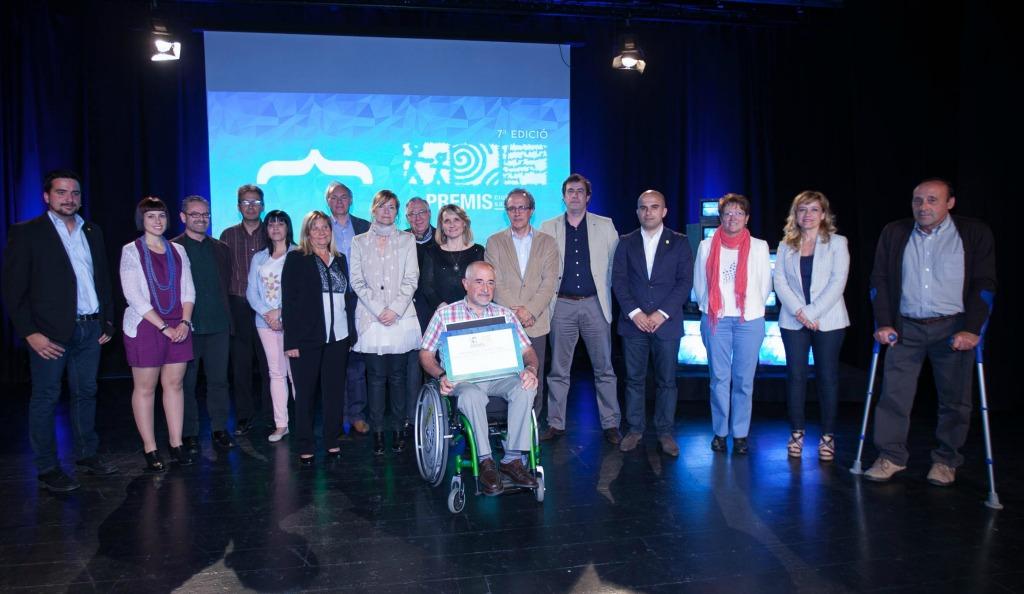 Foto de família dels guanyadors dels premis Ciutat de Sant Boi 2014 acompanyats dels representants institucionals // Ajuntament de Sant Boi