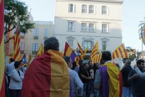 Prop de 300 persones s'han concentrat a les 8 del vespre a la plaça de l'Ajuntament // Maria Roda