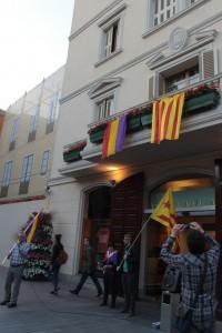 Una bandera republicana i  una estelada van penjar del balcó del consistori // Maria Roda