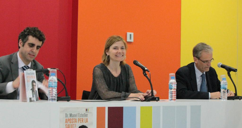 Manel Esteller, autor del llibre, acompanyat a la presentació de l'alcaldessa Lluïsa Moret i l'editor Xavier Cambra // Maria Roda