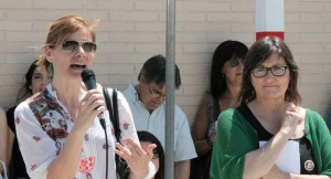 La directora de l'escola Maite Fillat acompanya de l'alcaldessa Lluïsa Moret // Maria Roda