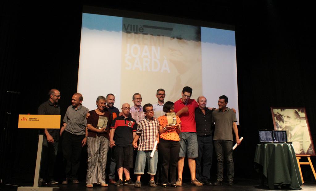 Els guanyadors del premi Joan Sardà 2014 amb els membres d'ERC Sant Boi // Maria Roda