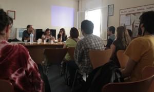 Taula rodona on es van explicar les eines de pressió ciutadana que altres municipis han posat en pràctica. // Maria Roda