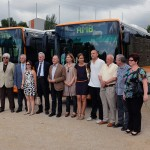 Representants de l'Ajutament de Sant Boi, l'Àrea Metropolitana i la companyia d'autobusos en la presentació de les noves unitats // Àrea Metropolitana de Barcelona