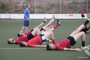 Jugadors sota les ordes de Torres en la primera sessió d'entrenament // David Ferrer ( fcsantboia.cat )