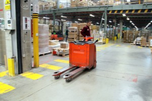 Un treballador el magatzem d'una empresa de Sant Boi // Ajuntament de Sant Boi