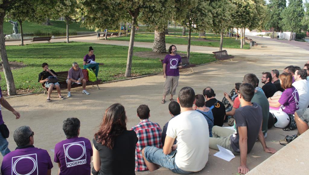 Las asambleas del Círculo Podemos Sant Boi se celebran siempre en el anfiteatro del Parque de la Muntañeta. // Maria Roda