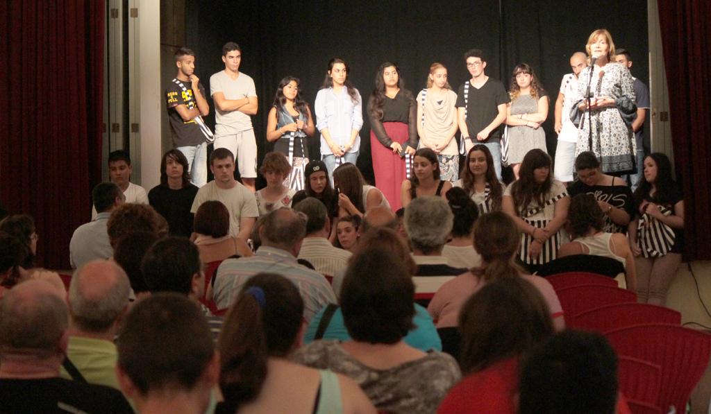 A sobre de l'escenari el grup que ha realitzat el documental i a sota el grup de teatre // Roberto de la Fuente