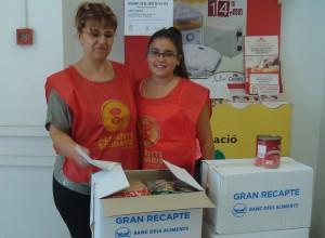Dues de les voluntàries que van participar en la recollida d'aliments de la Setmana de la Dignitat // Ajuntament de Sant Boi