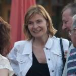L'alcaldessa Lluïsa Moret parlant amb veïns de la ciutat // Ajuntament de Sant Boi