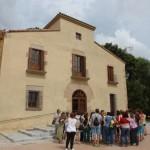 Els docents assistents a la presentació del programa d'activitats educatives al Baix Llobregat van conèixer de primera mà la masia de Can Julià // Consorci de Turisme del Baix Llobregat