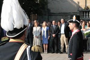 Autoritats i assistents cantant el 'Cant de la Senyera' // Maria Roda