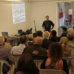 El representant de la comissió gestora de l'Ateneu Popular de Nou Barris explica la seva experiència // Maria Roda