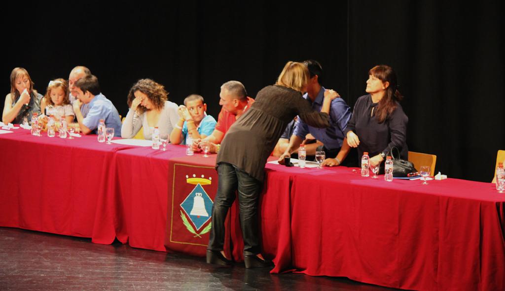 L'alcaldessa Lluïsa Moret va entregar el títol de Fills Predilectes a les 4 families. // Maria Roda