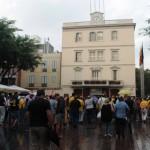 Passades les 7 de la tarda encara arribava molta gent a la Plaça de l'Ajuntament de Sant Boi // Maria Roda