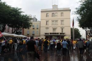 Passades les set de la tarda encara arribava molta gent a la plaça de l'Ajuntament de Sant Boi // Maria Roda