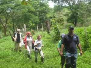 Mestres santboians anant a visitar escoles rurals a San Miguelito. // Ensenyament Solidari