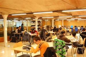 Un grup de joves estudiant al centre de recursos de Can Massallera // Ajuntament Sant Boi