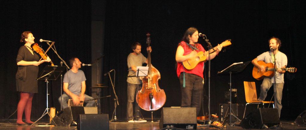 La cantant Rosa Sanchez, acompanyada dels seus músics, va sorprendre amb una potent veu. // Maria Roda