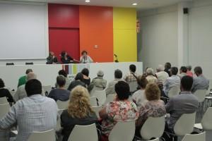 Poc més d'una vintena de persones van assistir a la presentació del llibre de l'ex-diputada del PSC Montserrat Tura. // Maria Roda