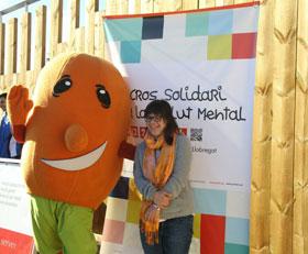 La mascota del Cros Solidari acompanya de la padrina de l'esdeveniment // Ajuntament de Sant Boi