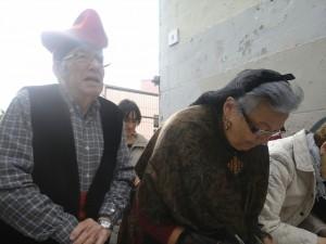 Un matrimoni de santboians votant vestits amb les tradicionals indumentaries catalanes. // Maria Roda