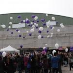 La jornada del 25 de novembre va finalitzar amb una enlairada de globus // Maria Roda