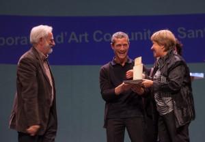 La regidora de Cultura, reben el premi. // Ajuntament de Sant Boi