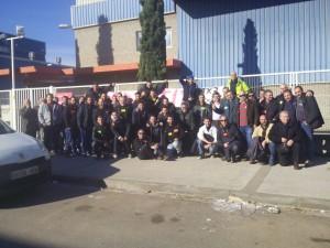 Un grup de treballadors a les portes de l'empresa durant les 24h de vaga.