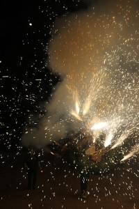 Els dracs van donar voltes llençant foc i petards // Maria Roda