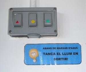 Un cartell recorda en una de les escoles l'importància de tancar el llum al sortir d'un aula. // Ajuntament de Sant Boi