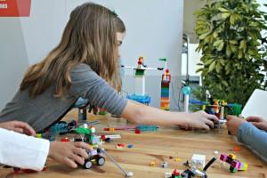 Els nens i nenes han desenvolupat la seva creativitat jugant amb peces de Lego // David Guerrero