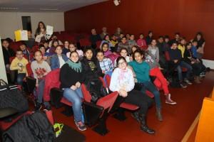 Els alumnes de l'escola en el moment de rebre el CIF // Ajuntament de Sant Boi