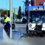 Un treballador neteja amb una de les noves màquines // Ajuntament de Sant Boi
