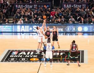 Els germans Gasol en el salt inicial del partit // NBA.com