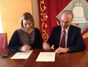 L'alcaldessa, Lluïsa Moret, i el gerent del Clúster de Salut Mental, Joan Orrit, en el moment de la signatura de la cessió del Palau de Marianao // Ajuntament de Sant Boi