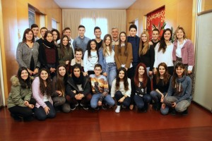 Els alumnes de l'institut Camps Blancs responsables del projecte han visitat l'Ajuntament // Ajuntament de Sant Boi