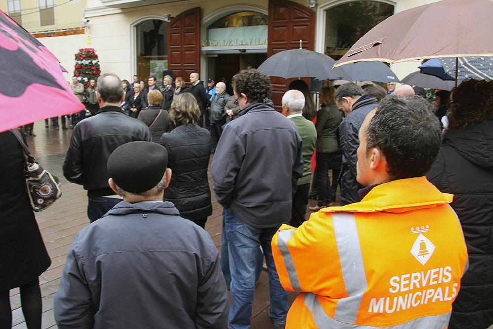 Treballadors municipals i autoritats junts en solidaritat amb les víctimes // Ajuntament de Sant Boi