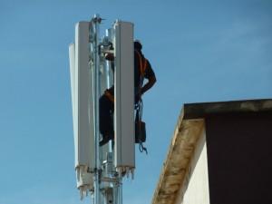 Un operari instalant l'antena // Plataforma de Marianao contra les antenes de telefonia mòbil