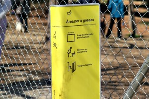 Cartell informatiu a l'entrada de l'espai d'esbarjo per a gossos // David Guerrero