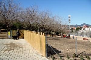 El perímetre de l'espai per a gossos té una tanca de metre i mig i una porta de fusta a l'entrada // David Guerrero