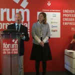 Miquel Garro en el moment de recollir el reconeixement acompanyat de l'alcaldessa, Lluïsa Moret, i la directora d'ESADE, Eugenia Bieto // David Guerrero