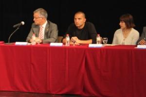 D'esquerra a dreta: Luis Pérez, Josep Puigdengolas i Alba Martínez durant la presa de possessió de Lluïsa Moret // dSantBoi