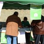 Ciutadans signant la ILP a la plaça Teresa Valls i Diví // David Guerrero