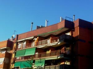 La polèmica antena de telefonia mòbil es troba instal·lada al carrer Antoni Rubió i Lluch // Javi Sánchez