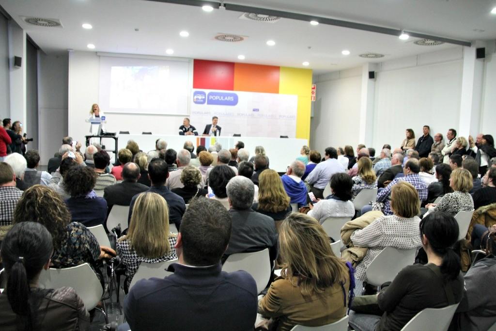 Unas 150 personas han llenado la sala de actos de la biblioteca Jordi Rubió i Balaguer durante la presentación de Marina Lozano // David Guerrero