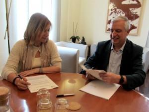L'alcaldessa, Lluïsa Moret, i el director tècnic de la Fundació Pinnae, Antoni Gistau, signant el conveni // Ajuntament de Sant Boi
