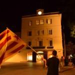 Membres de Gent de Sant Boi van onejar una estelada davant l'Ajuntament // Maria Rubio