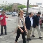 Lluïsa Moret acompanyada del primer secretari del PSC, Miquel Iceta, al mercat setmanal de Torre de la Vila // Andreu Ferrer
